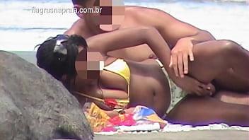 Namorado mete a pica na novinha na praia