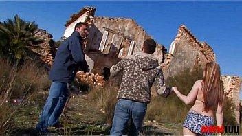 Jorge y Andrea se follan a dos guarras en el campo