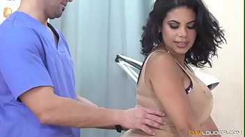 Riquísima culona, latina va al doctor en lencería