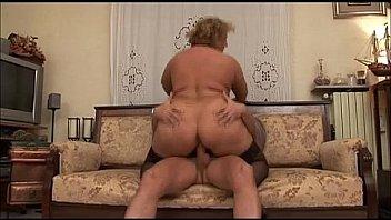 Italiana Matura grassa scopata in cucina