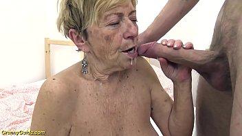 Omasex - Speckige Großmutter bumst mit ihrem Enkel