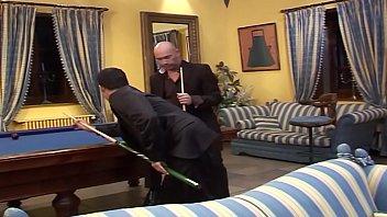 Deux superbes salopes se font enculer dans la salle de billard par 2 mecs