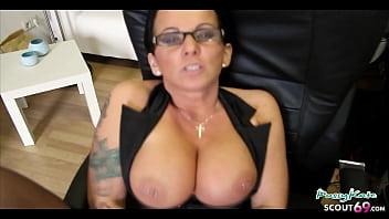 Geile deutsche Sekretärin in sexy Wäsche grossen Titten und Brille will das du kommst