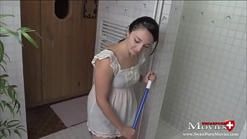 Putz-Teeny Sara reinigt einen Schwanz in der Dusche - SP Sara22TR04