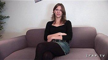 Jeune Jolie brunette prise en double penetration pour casting porno