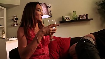 Dopo un bicchiere di vino, la mamma viene scopata intensamente da suo figlio