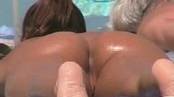 Un culo de infarto en una playa nudista