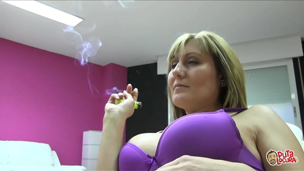 La milf española Nuria, se folla un jovencito mientras se fuma un piti