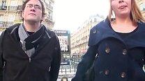 Una giovane coppia viene contattata per strada ...
