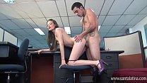 Sexo en una oficina de turismo entre la secretaria y el mensajero Thumbnail