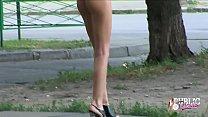Голая девушка позирует на улицах Москвы. صورة