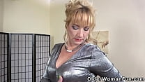 Euro mature Victoria lowers her pink panties an...