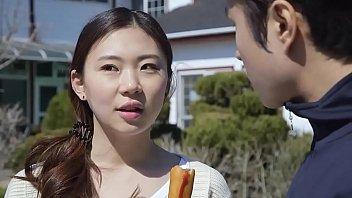 通学途中の制服小学生が可愛い顔に熱々精子をぶっかけられるの美少女動画