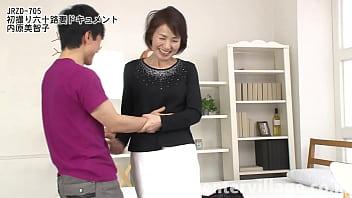 健康的で気品溢れる佇まいの内原美智子さん60歳。とても還暦には見えない美人奥様です。ご主人と結婚して40年、やはり夜の生活にはご不満の様子。
