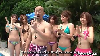 Filles asiatiques dans les jeux de sexe sucer la bite et recevoir orale
