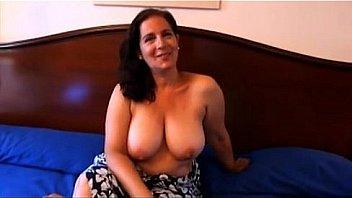 Sandra es una tetona madura española