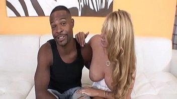 Natasha chiede al marito di scopare con un cubano ma lui li guarda