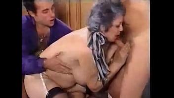 Hairy granny baise deux gars...
