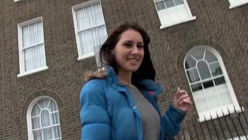 Bella fica porca si piscia in pubblico e si masturba in un quartiere popolare di Londra
