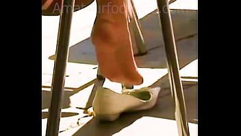 shoeplay dipping dangling Candid Feet Girls, Voyerfeet, Shoeplay, Shoe Play, barefoot,