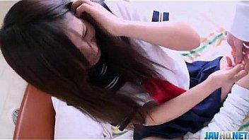 制服を着てる10代JCが股を広げて恥ずかしいパンティを見せつけて誘惑の美少女動画