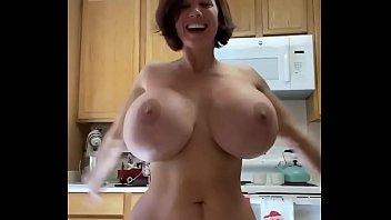 Brittany Elizabeth en la cocina bailando desnuda