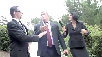 Roxanne  viene ricattata dal figlio del suo capo che se la scopa in ufficio