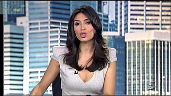 Marta Fernandez, Vestido Gris Con Escotazo