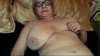 abuela de 74 anos complaciente