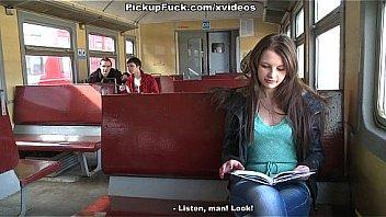 Pigen plukket i et tog...