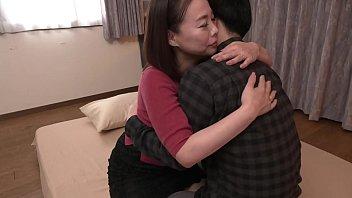 人気熟女優が肉弾奉仕で童貞くんに夢の初体験をプレゼントする素人参加企画。今回は佐倉由美子さんが登場。親身になって3人の童貞くんの悩みを聞き、熟女ならではの包容力とAVで培ったテクニックで優しくエスコート。