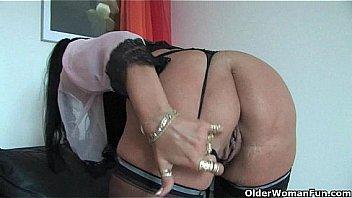 Slopy pussy fat bitch rubs pussy