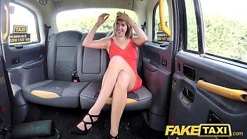 Faux Taxi Dame en robe...