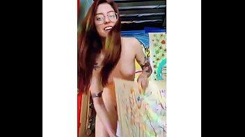 demostrando su talento para la pintura