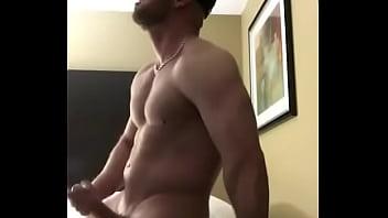 Muskulos kille sprida lite cum...