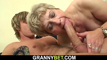 Big-cocked guy fucks her mature pussy