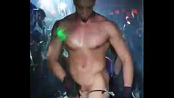 Stripers en discoteca gay