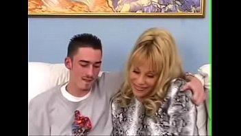 German Family - Mutti ueberrascht Jungspund mit ihrer Schwester und voegelt mit