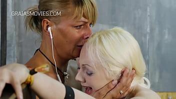Blonde esclave puni pour les...