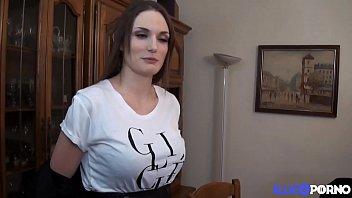 Watch Brunette aux gros seins devient une star du porno preview