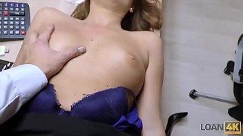 LOAN4K. Pulcino inesperto passa casting di sesso in agenzia di credito