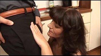 Watch Casalinga mamma matura italiana_fa pompino cazzone - italian mature blowjob mom preview