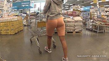 Cameltoe und blinken im Supermarkt...