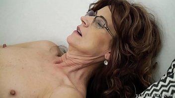 Sexy sugar mama on y. dick - Lusty Grandmas