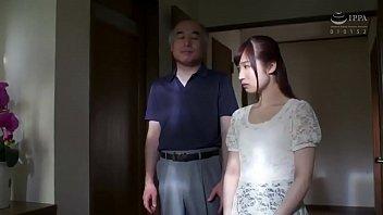 ロリ貧乳女たちがキモいおじさんにベロチュウ・クンニされの校生系動画