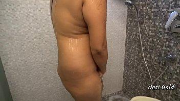 घर पर सेक्स में सेक्सी भारतीय महिला स्नान