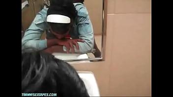 Ebene Crossdresser creampied dans Walmart salle de bains