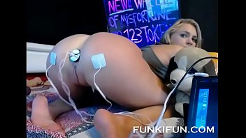cam girl tries a fuck machine and electro buttplug