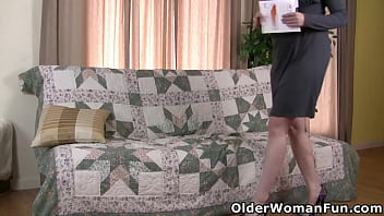 Fuckable and mature mom Catherine from the USA masturbates in black pantyhose (now available in Full HD 1080P). Bonus video: American milf Lilli.