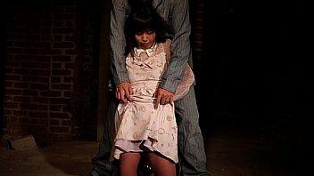 街中のミニスカ女子校生が家族の前で父親の臭いデカチンを奥まで咥えてご奉のロリ系動画